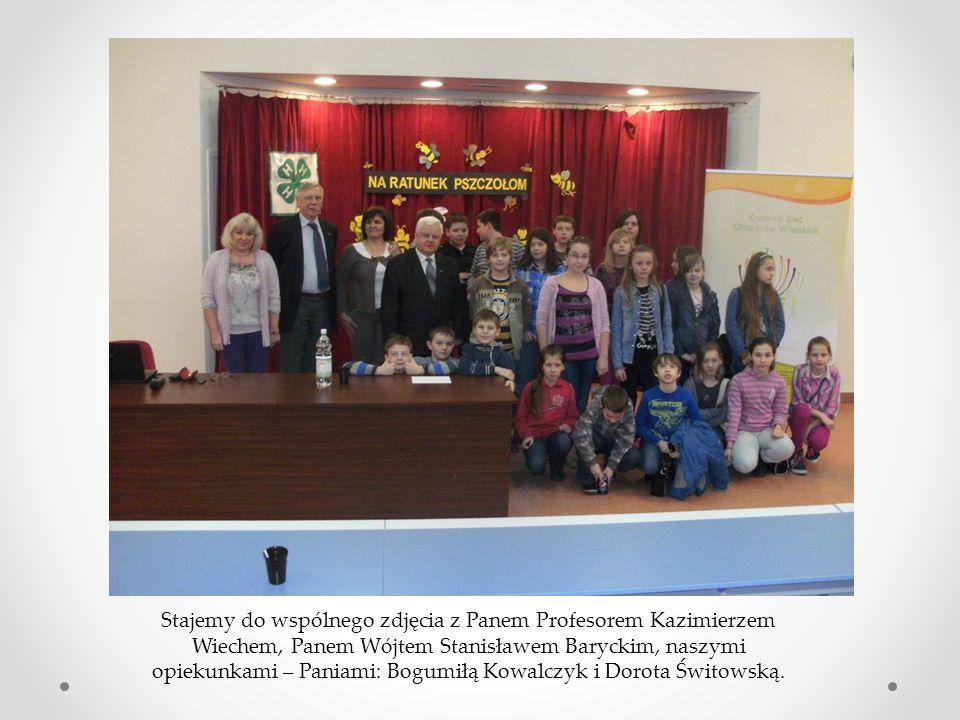 Stajemy do wspólnego zdjęcia z Panem Profesorem Kazimierzem Wiechem, Panem Wójtem Stanisławem Baryckim, naszymi opiekunkami – Paniami: Bogumiłą Kowalczyk i Dorota Świtowską.
