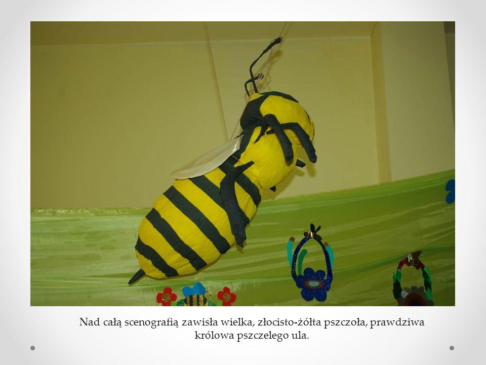 Nad całą scenografią zawisła wielka, złocisto-żółta pszczoła, prawdziwa królowa pszczelego ula.