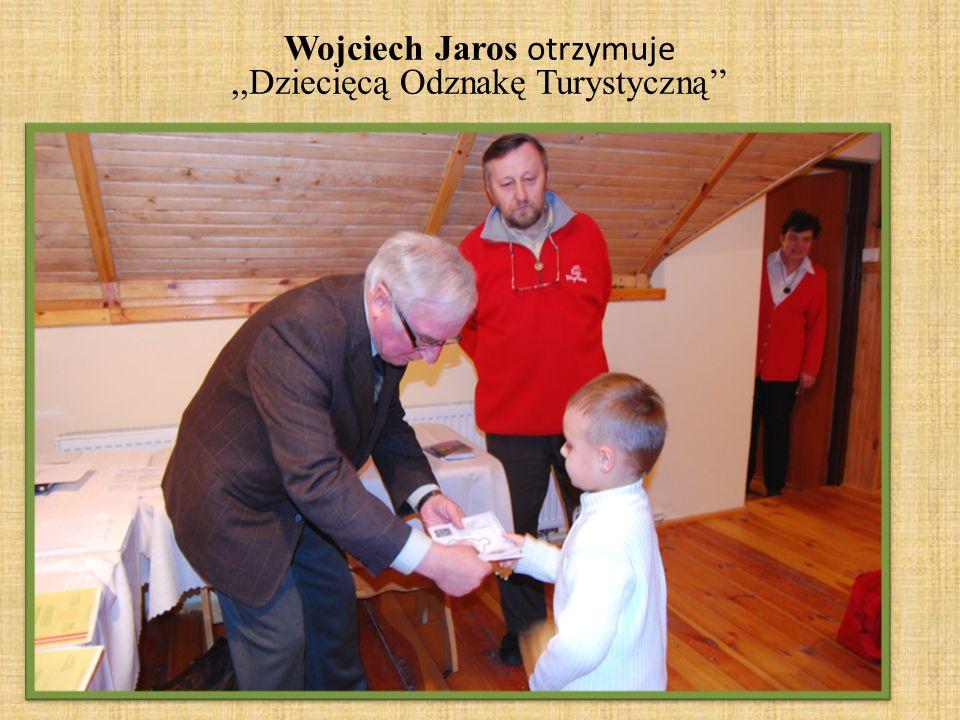 Wojciech Jaros otrzymuje ,,Dziecięcą Odznakę Turystyczną''