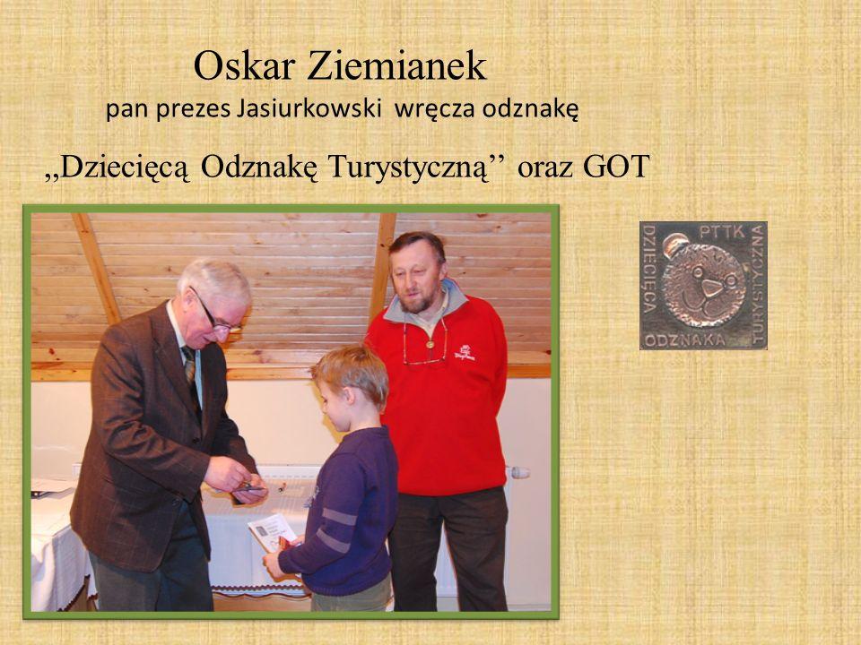 pan prezes Jasiurkowski wręcza odznakę