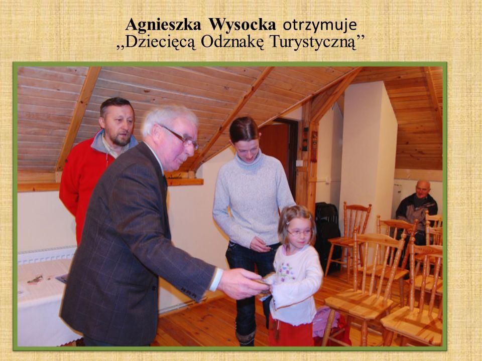 Agnieszka Wysocka otrzymuje ,,Dziecięcą Odznakę Turystyczną''