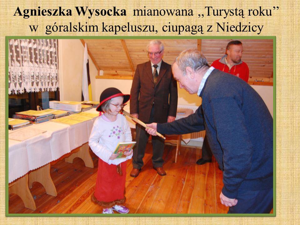 Agnieszka Wysocka mianowana ,,Turystą roku'' w góralskim kapeluszu, ciupagą z Niedzicy