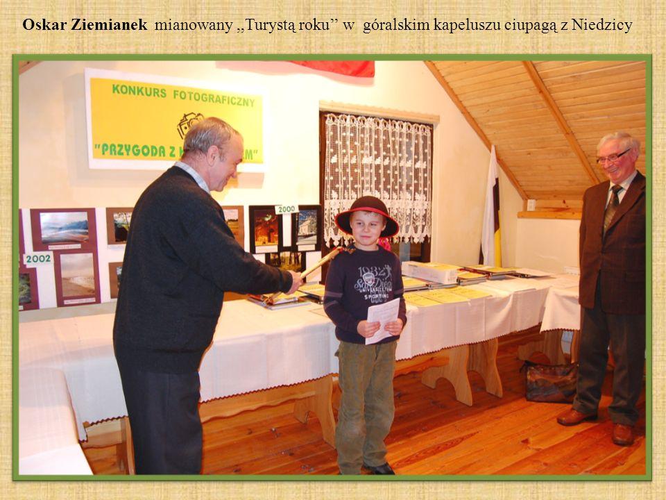 Oskar Ziemianek mianowany ,,Turystą roku'' w góralskim kapeluszu ciupagą z Niedzicy
