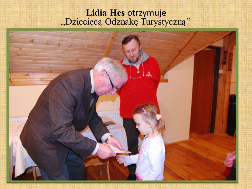 Lidia Hes otrzymuje ,,Dziecięcą Odznakę Turystyczną''