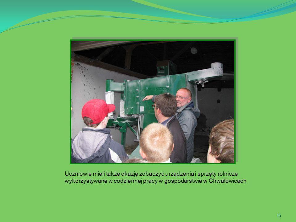 Uczniowie mieli także okazję zobaczyć urządzenia i sprzęty rolnicze wykorzystywane w codziennej pracy w gospodarstwie w Chwałowicach.