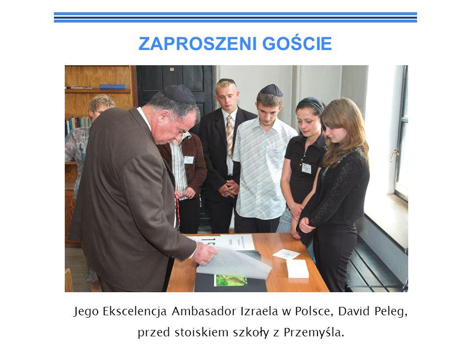 ZAPROSZENI GOŚCIE Jego Ekscelencja Ambasador Izraela w Polsce, David Peleg, przed stoiskiem szkoły z Przemyśla.