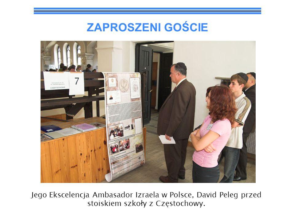ZAPROSZENI GOŚCIEJego Ekscelencja Ambasador Izraela w Polsce, David Peleg przed stoiskiem szkoły z Częstochowy.
