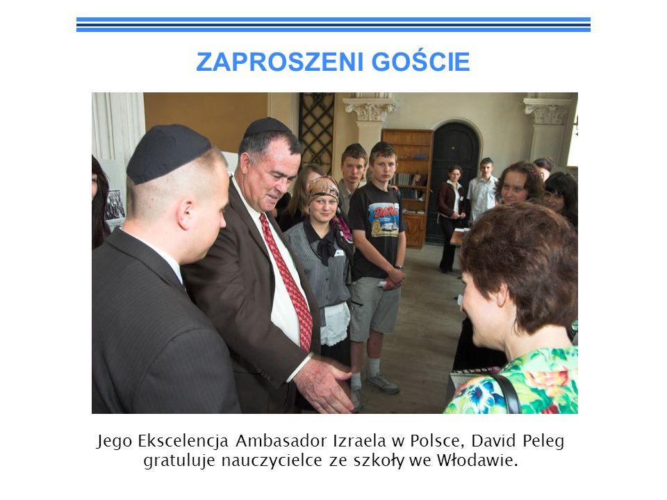 ZAPROSZENI GOŚCIEJego Ekscelencja Ambasador Izraela w Polsce, David Peleg gratuluje nauczycielce ze szkoły we Włodawie.