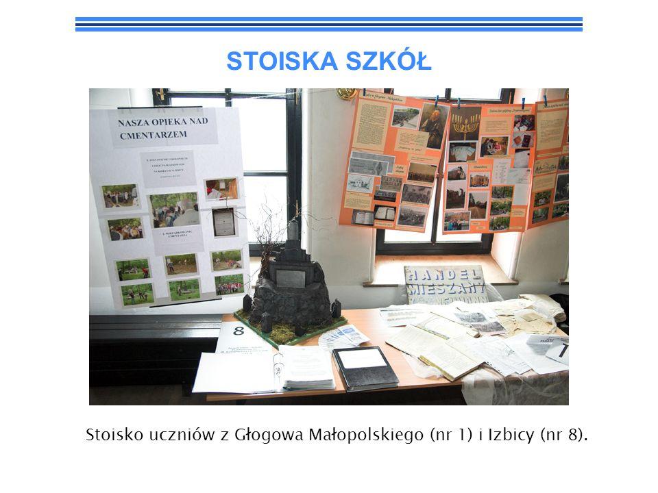 Stoisko uczniów z Głogowa Małopolskiego (nr 1) i Izbicy (nr 8).