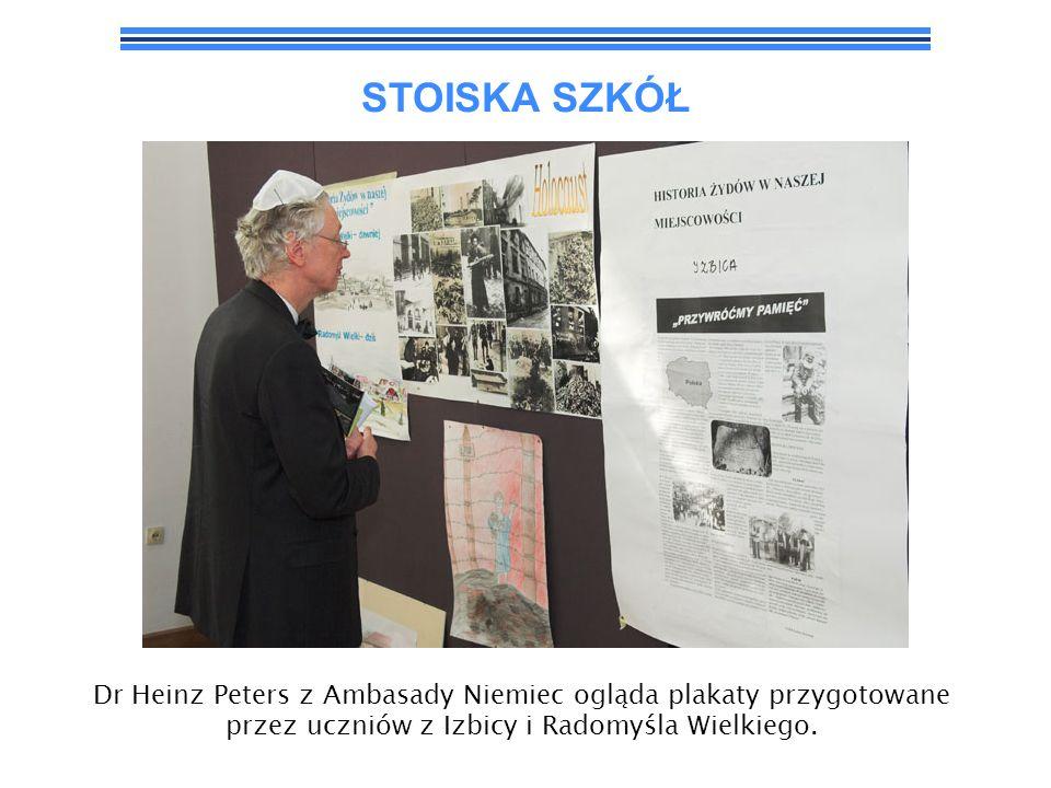 STOISKA SZKÓŁDr Heinz Peters z Ambasady Niemiec ogląda plakaty przygotowane przez uczniów z Izbicy i Radomyśla Wielkiego.