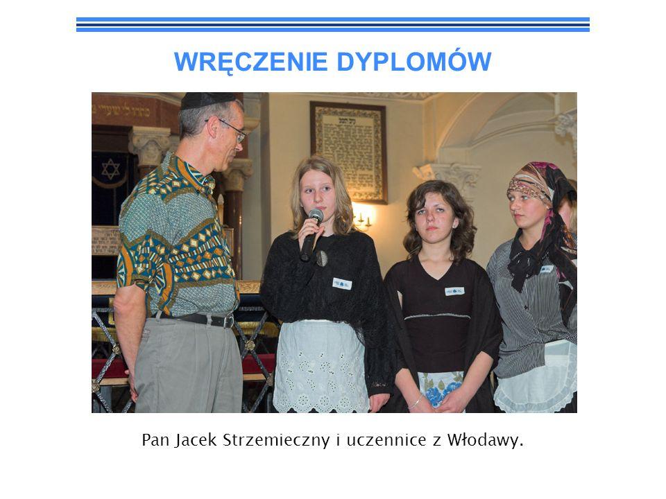 Pan Jacek Strzemieczny i uczennice z Włodawy.