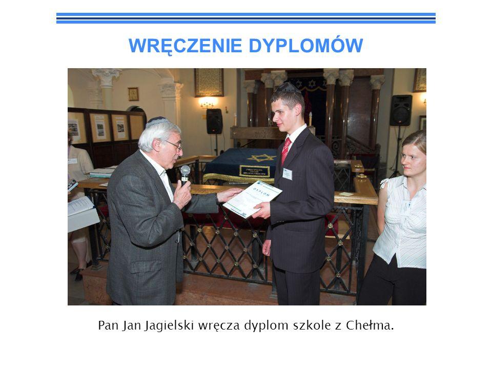 Pan Jan Jagielski wręcza dyplom szkole z Chełma.