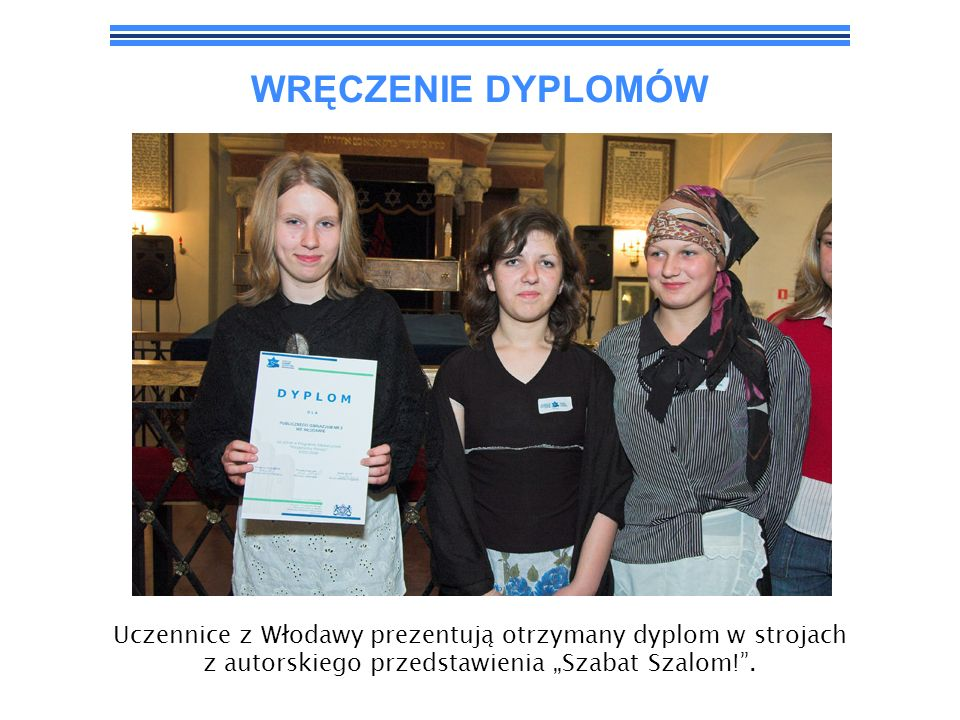 """WRĘCZENIE DYPLOMÓW Uczennice z Włodawy prezentują otrzymany dyplom w strojach z autorskiego przedstawienia """"Szabat Szalom! ."""