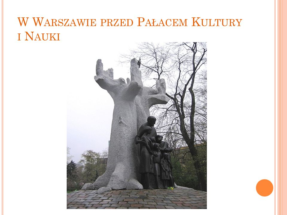 W Warszawie przed Pałacem Kultury i Nauki