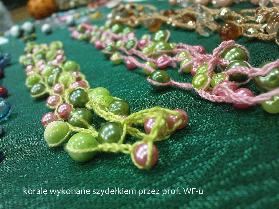 korale wykonane szydełkiem przez prof. WF-u
