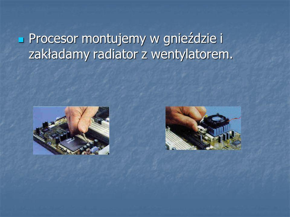 Procesor montujemy w gnieździe i zakładamy radiator z wentylatorem.