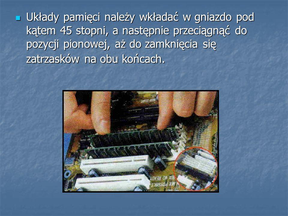Układy pamięci należy wkładać w gniazdo pod kątem 45 stopni, a następnie przeciągnąć do pozycji pionowej, aż do zamknięcia się zatrzasków na obu końcach.