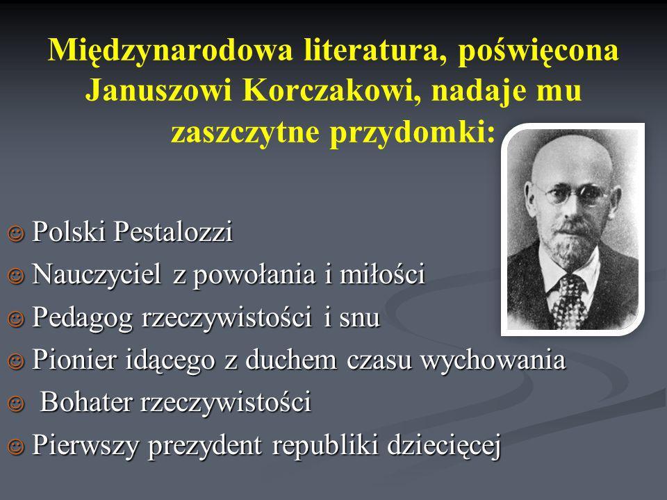 Międzynarodowa literatura, poświęcona Januszowi Korczakowi, nadaje mu zaszczytne przydomki: