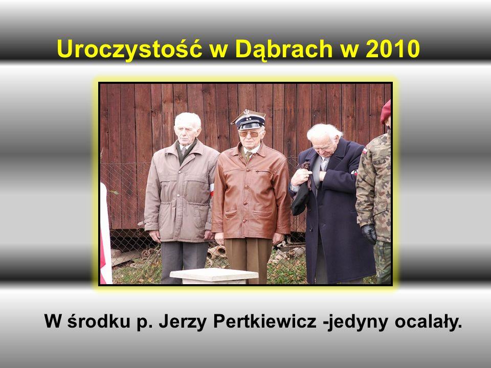 W środku p. Jerzy Pertkiewicz -jedyny ocalały.