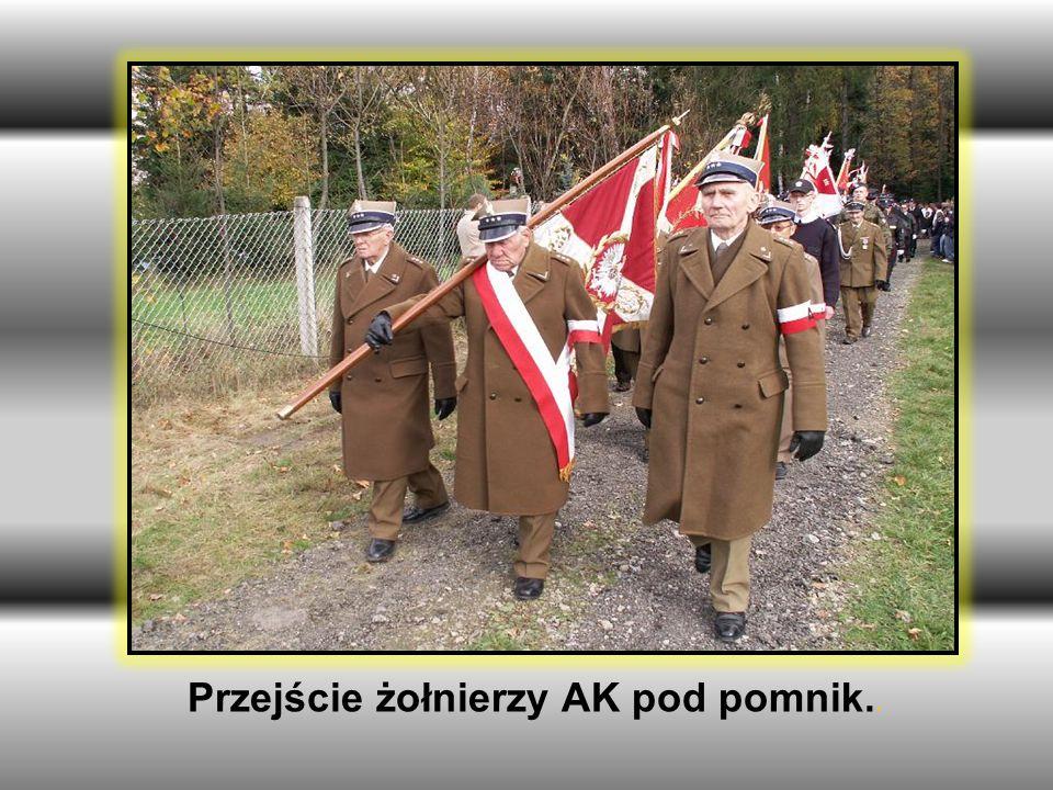 Przejście żołnierzy AK pod pomnik..