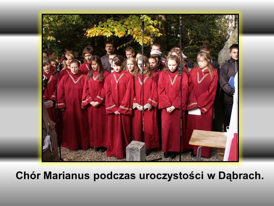 Chór Marianus podczas uroczystości w Dąbrach.