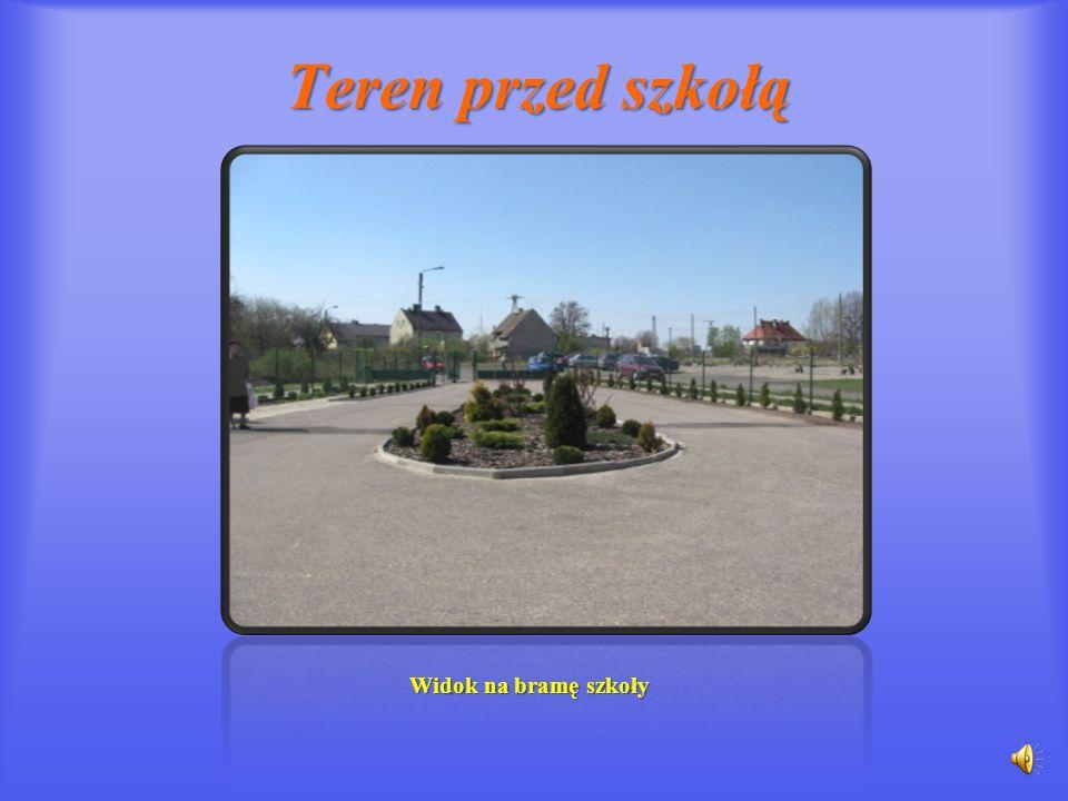 Teren przed szkołą Widok na bramę szkoły