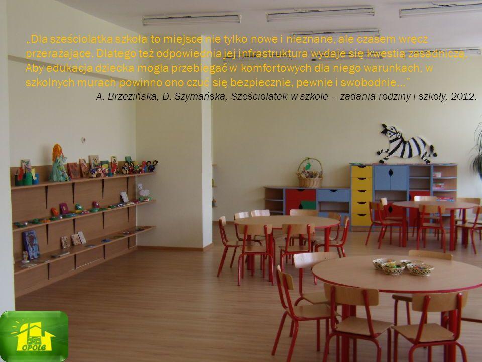 """""""Dla sześciolatka szkoła to miejsce nie tylko nowe i nieznane, ale czasem wręcz przerażające. Dlatego też odpowiednia jej infrastruktura wydaje się kwestią zasadniczą. Aby edukacja dziecka mogła przebiegać w komfortowych dla niego warunkach, w szkolnych murach powinno ono czuć się bezpiecznie, pewnie i swobodnie…"""