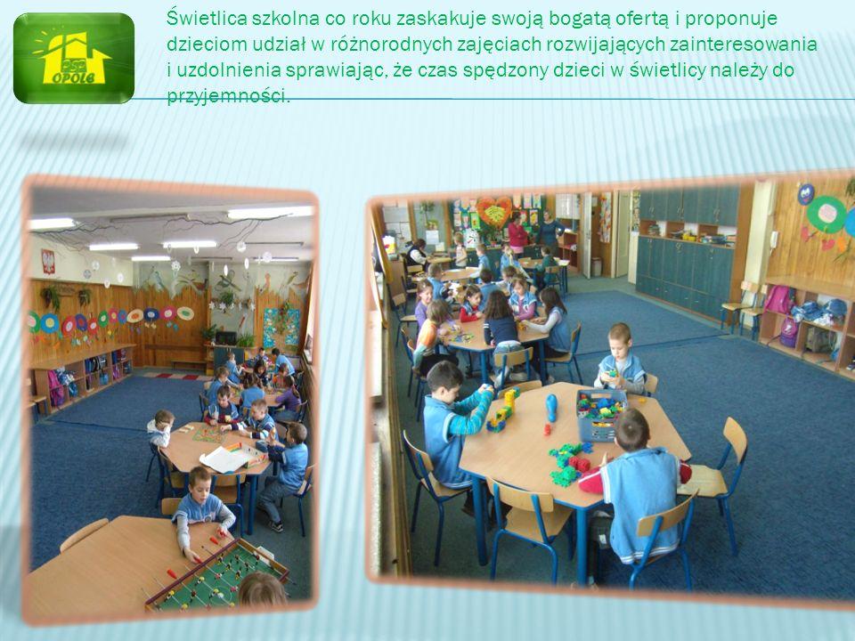Świetlica szkolna co roku zaskakuje swoją bogatą ofertą i proponuje dzieciom udział w różnorodnych zajęciach rozwijających zainteresowania i uzdolnienia sprawiając, że czas spędzony dzieci w świetlicy należy do przyjemności.