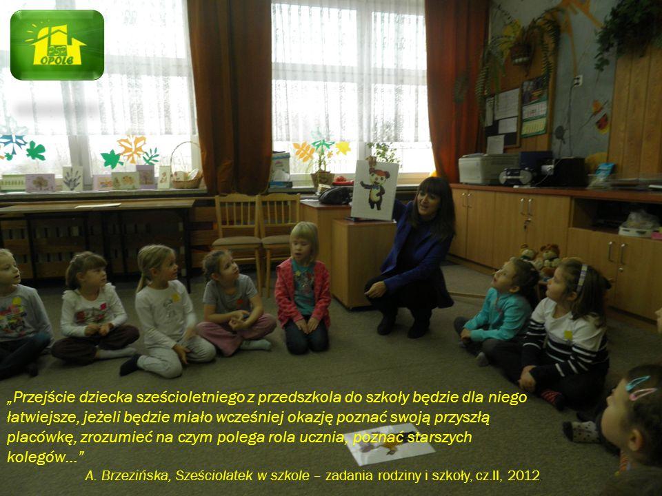 """""""Przejście dziecka sześcioletniego z przedszkola do szkoły będzie dla niego łatwiejsze, jeżeli będzie miało wcześniej okazję poznać swoją przyszłą placówkę, zrozumieć na czym polega rola ucznia, poznać starszych kolegów…"""