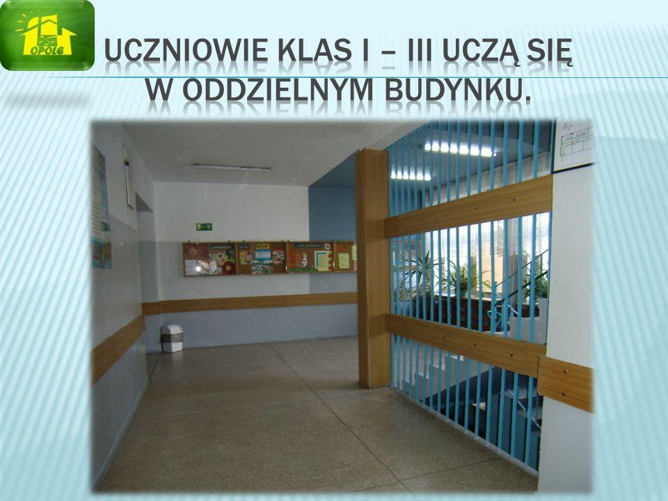 Uczniowie klas I – III uczą się w oddzielnym budynku.