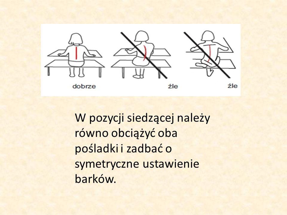 W pozycji siedzącej należy równo obciążyć oba pośladki i zadbać o symetryczne ustawienie barków.
