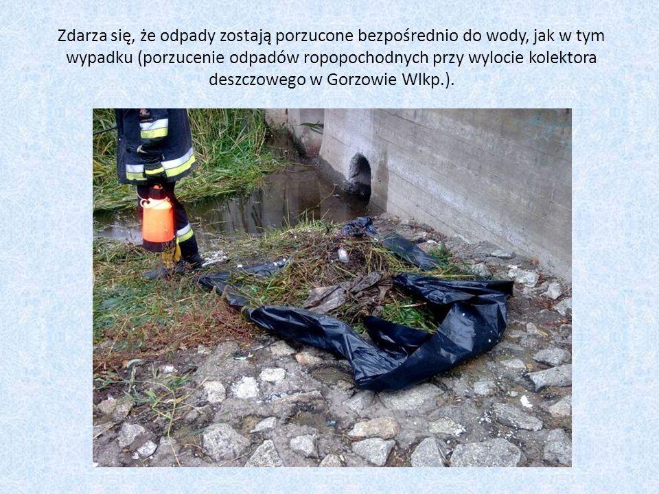 Zdarza się, że odpady zostają porzucone bezpośrednio do wody, jak w tym wypadku (porzucenie odpadów ropopochodnych przy wylocie kolektora deszczowego w Gorzowie Wlkp.).