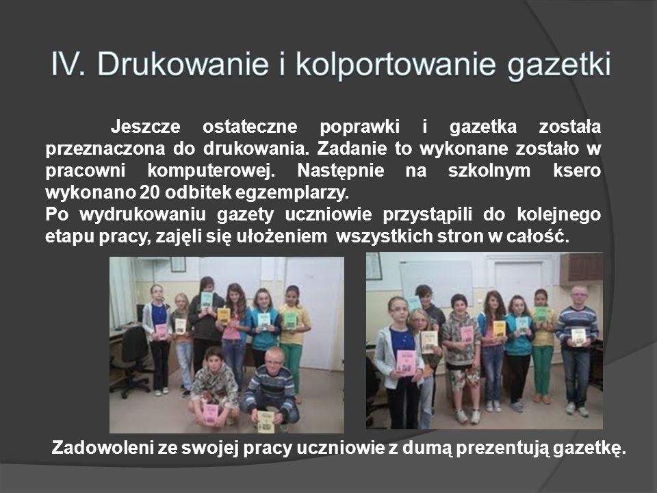 Zadowoleni ze swojej pracy uczniowie z dumą prezentują gazetkę.