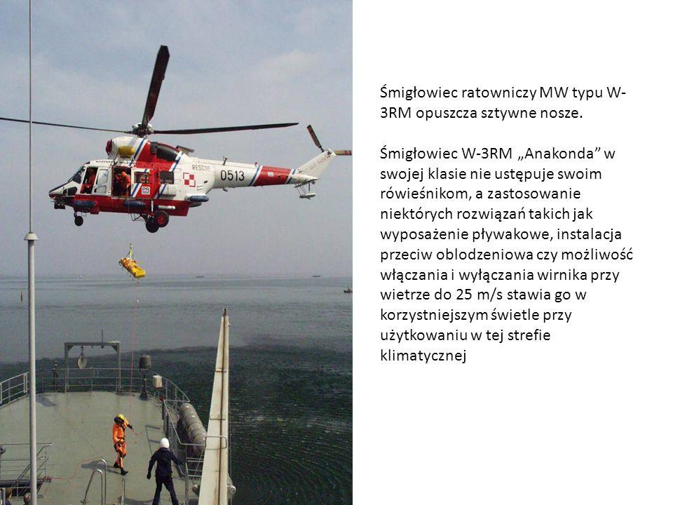 Śmigłowiec ratowniczy MW typu W-3RM opuszcza sztywne nosze