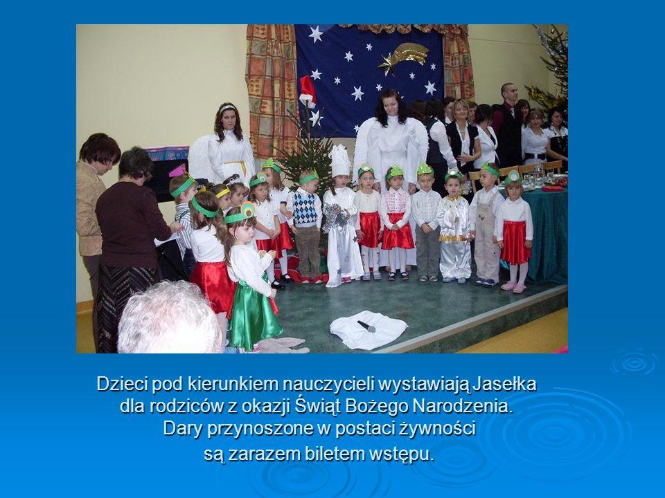 Dzieci pod kierunkiem nauczycieli wystawiają Jasełka dla rodziców z okazji Świąt Bożego Narodzenia.