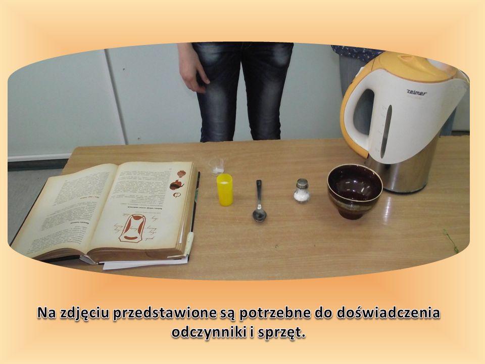 Na zdjęciu przedstawione są potrzebne do doświadczenia odczynniki i sprzęt.