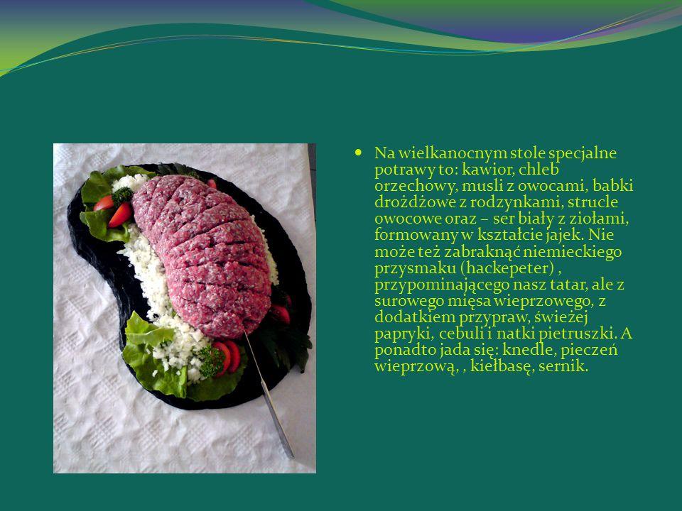 Na wielkanocnym stole specjalne potrawy to: kawior, chleb orzechowy, musli z owocami, babki drożdżowe z rodzynkami, strucle owocowe oraz – ser biały z ziołami, formowany w kształcie jajek.