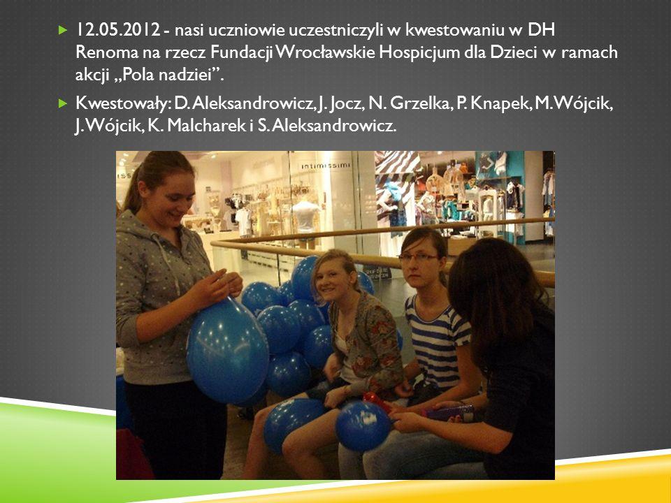 """12.05.2012 - nasi uczniowie uczestniczyli w kwestowaniu w DH Renoma na rzecz Fundacji Wrocławskie Hospicjum dla Dzieci w ramach akcji """"Pola nadziei ."""