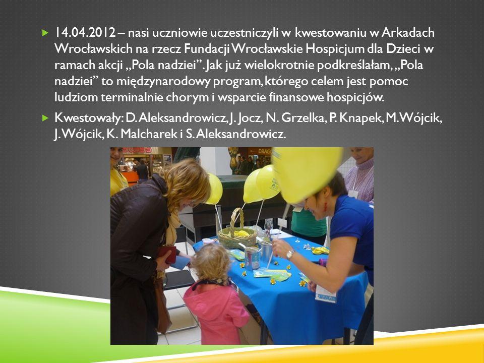 """14.04.2012 – nasi uczniowie uczestniczyli w kwestowaniu w Arkadach Wrocławskich na rzecz Fundacji Wrocławskie Hospicjum dla Dzieci w ramach akcji """"Pola nadziei . Jak już wielokrotnie podkreślałam, """"Pola nadziei to międzynarodowy program, którego celem jest pomoc ludziom terminalnie chorym i wsparcie finansowe hospicjów."""