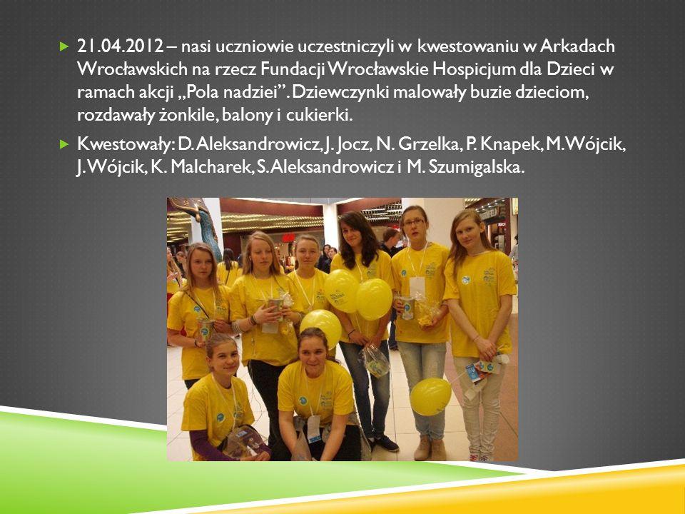 """21.04.2012 – nasi uczniowie uczestniczyli w kwestowaniu w Arkadach Wrocławskich na rzecz Fundacji Wrocławskie Hospicjum dla Dzieci w ramach akcji """"Pola nadziei . Dziewczynki malowały buzie dzieciom, rozdawały żonkile, balony i cukierki."""