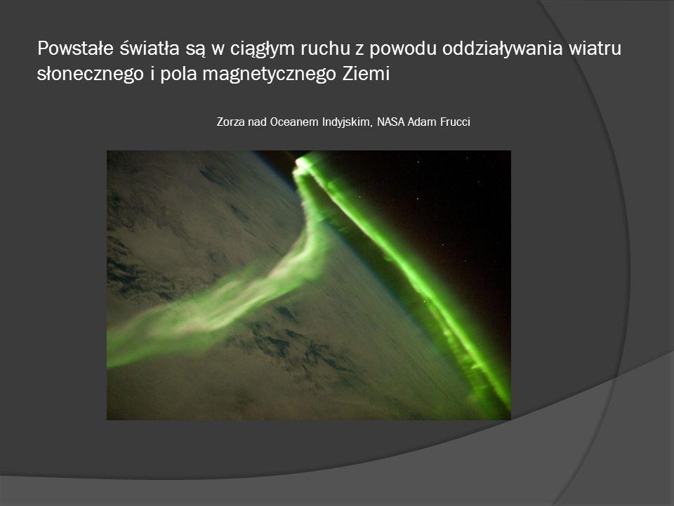 Powstałe światła są w ciągłym ruchu z powodu oddziaływania wiatru słonecznego i pola magnetycznego Ziemi Zorza nad Oceanem Indyjskim, NASA Adam Frucci