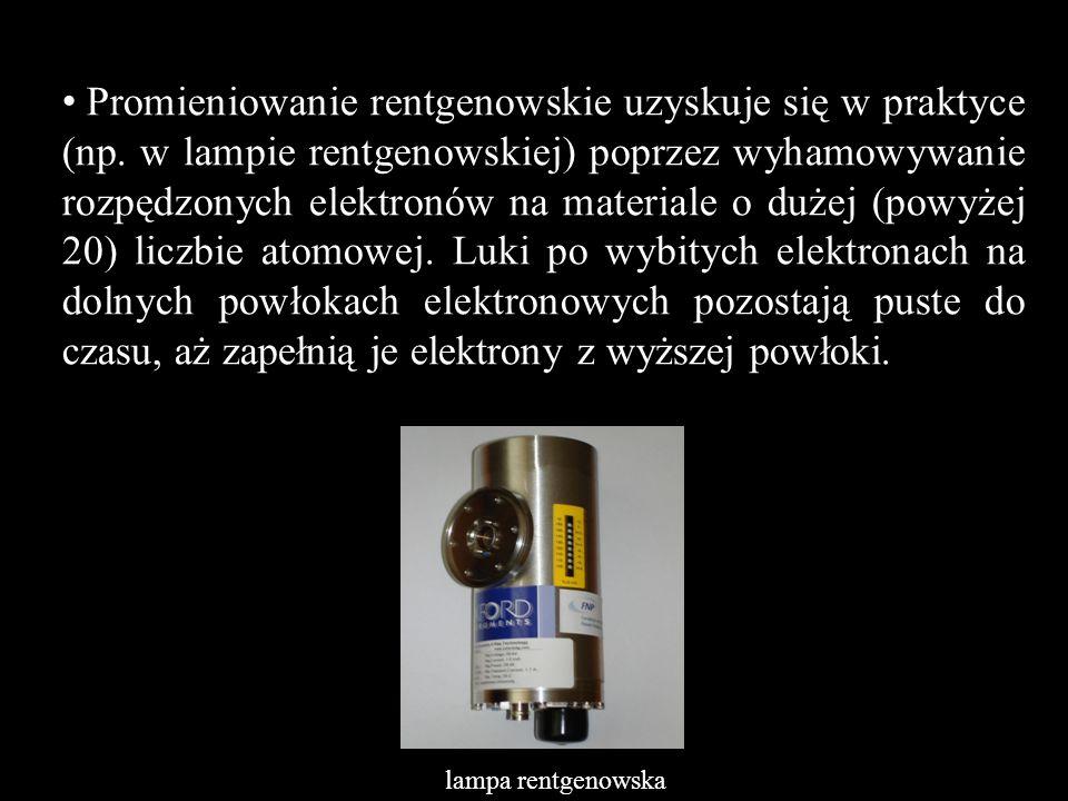 Promieniowanie rentgenowskie uzyskuje się w praktyce (np