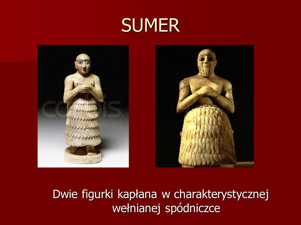 Dwie figurki kapłana w charakterystycznej wełnianej spódniczce