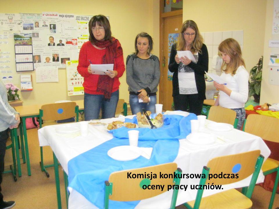 Komisja konkursowa podczas oceny pracy uczniów.