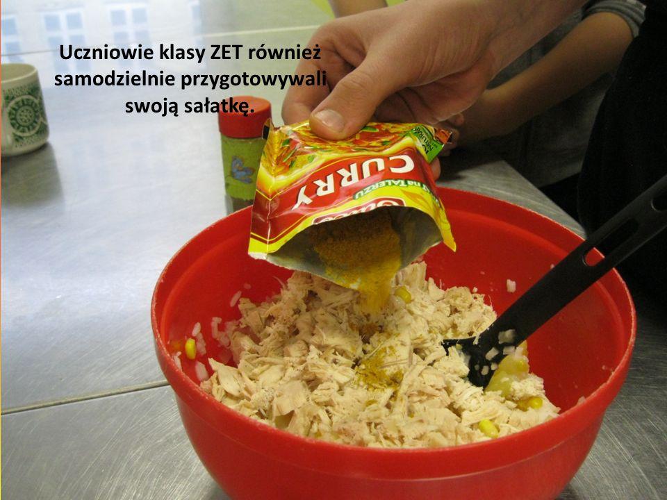 Uczniowie klasy ZET również samodzielnie przygotowywali swoją sałatkę.