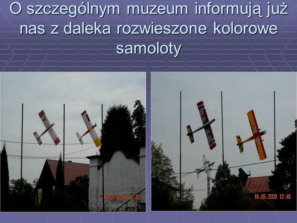 O szczególnym muzeum informują już nas z daleka rozwieszone kolorowe samoloty