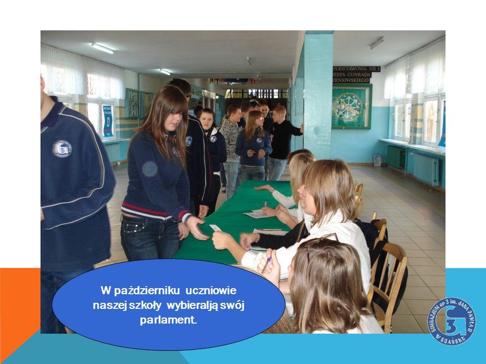 W pażdzierniku uczniowie naszej szkoły wybieralją swój
