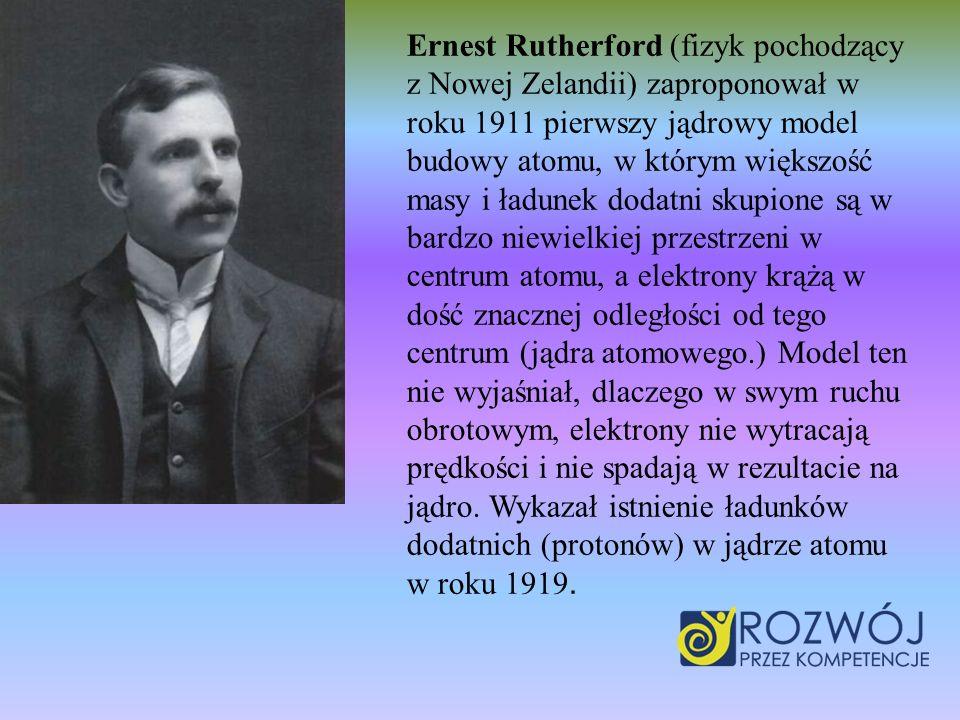 Ernest Rutherford (fizyk pochodzący z Nowej Zelandii) zaproponował w roku 1911 pierwszy jądrowy model budowy atomu, w którym większość masy i ładunek dodatni skupione są w bardzo niewielkiej przestrzeni w centrum atomu, a elektrony krążą w dość znacznej odległości od tego centrum (jądra atomowego.) Model ten nie wyjaśniał, dlaczego w swym ruchu obrotowym, elektrony nie wytracają prędkości i nie spadają w rezultacie na jądro.