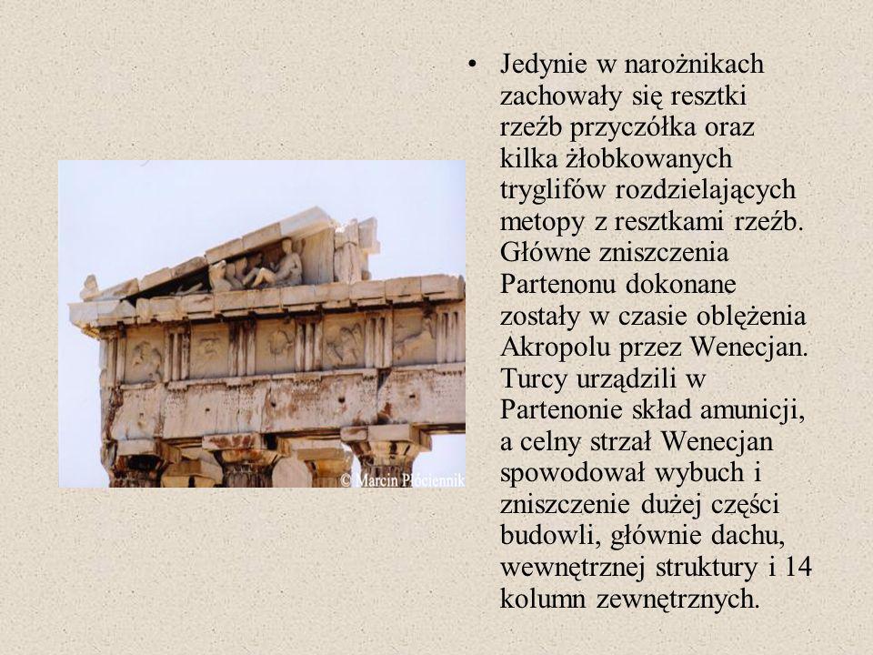 Jedynie w narożnikach zachowały się resztki rzeźb przyczółka oraz kilka żłobkowanych tryglifów rozdzielających metopy z resztkami rzeźb.
