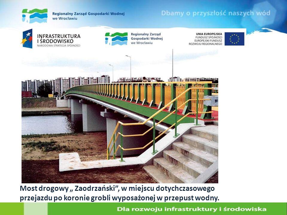 """Most drogowy """" Zaodrzański , w miejscu dotychczasowego przejazdu po koronie grobli wyposażonej w przepust wodny."""